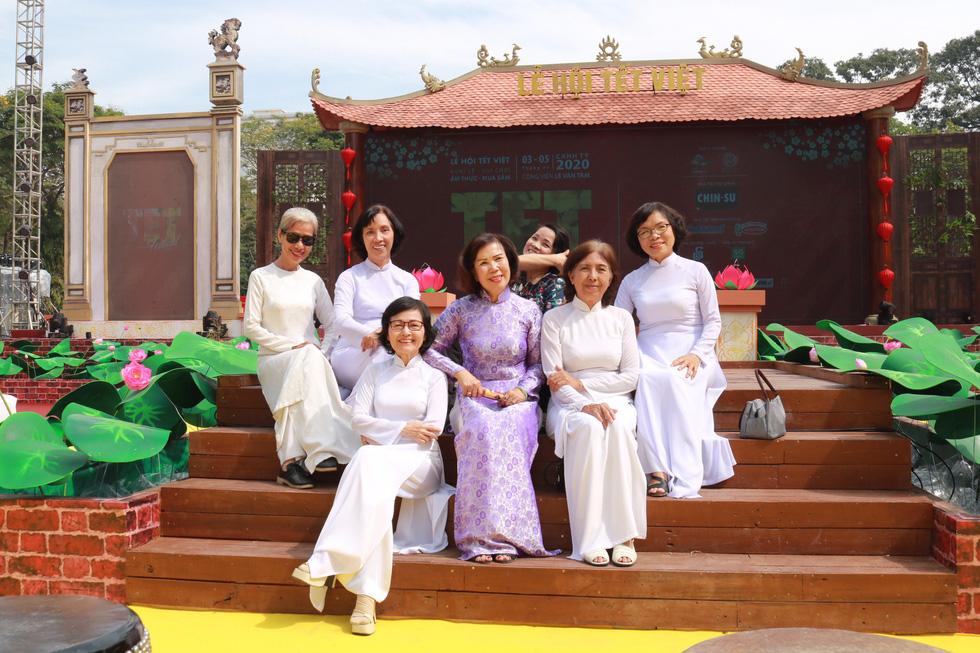 Người Việt nhìn chung thích mặc màu vàng hoặc đỏ trong 3 ngày Tết - Ảnh 6.