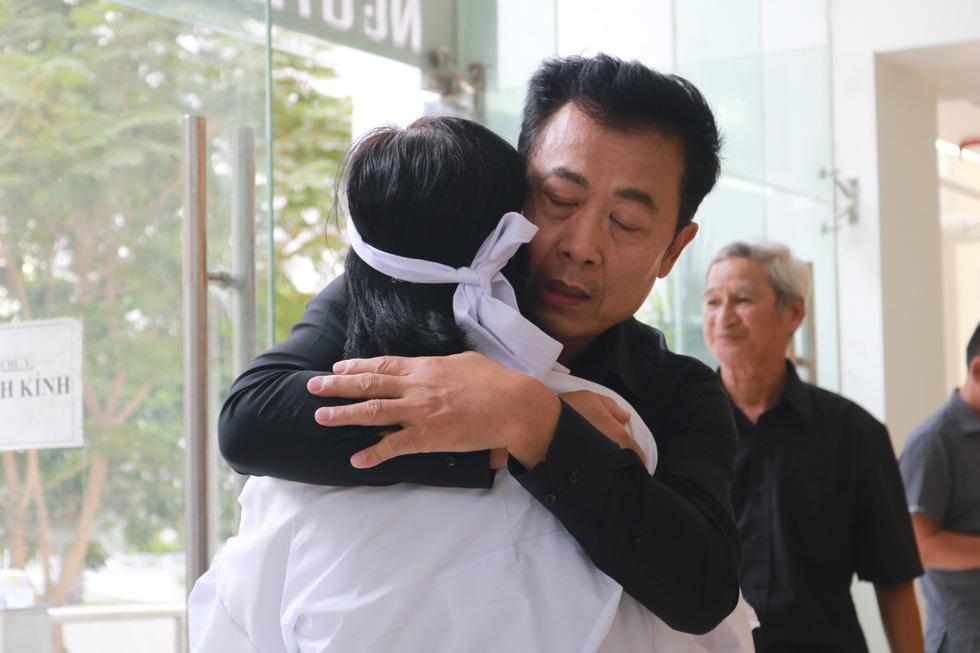 Nguyên Thủ tướng Nguyễn Tấn Dũng và nhiều nghệ sĩ đến chia buồn cùng gia đình Nguyễn Chánh Tín - Ảnh 4.