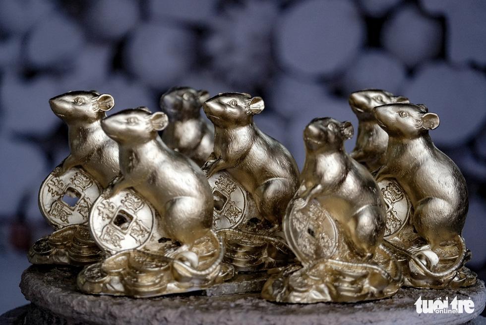 Chuột vàng làng Bát Tràng giá rẻ, đắt khách những ngày giáp tết - Ảnh 8.