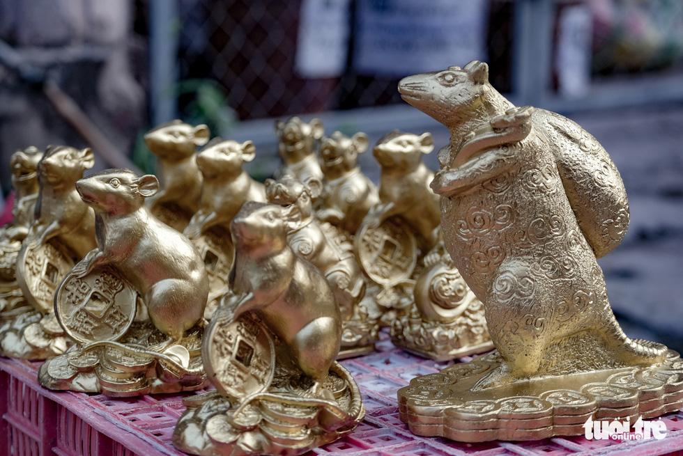Chuột vàng làng Bát Tràng giá rẻ, đắt khách những ngày giáp tết - Ảnh 9.