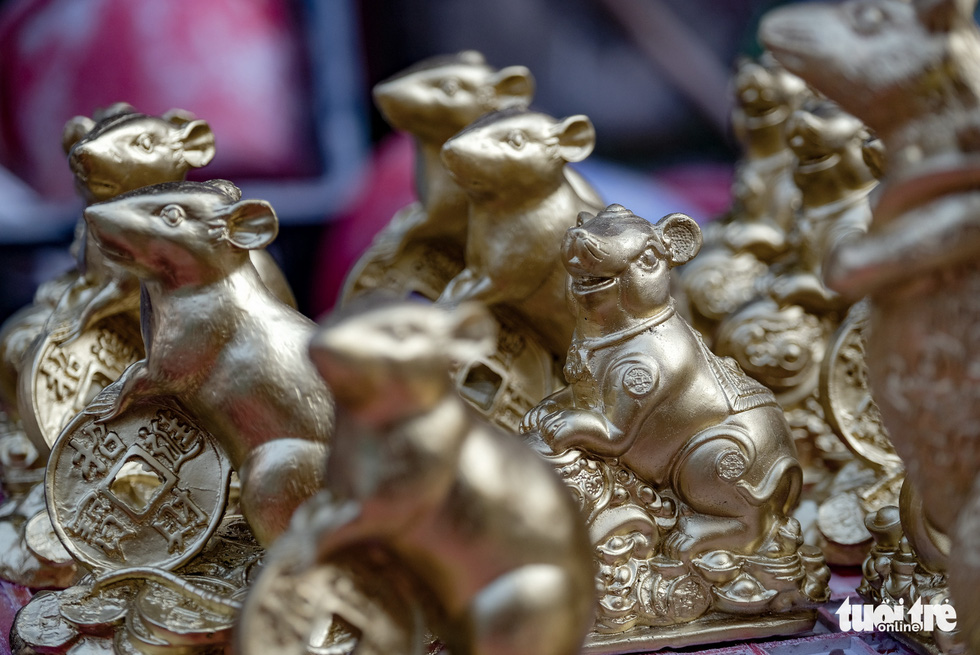 Chuột 'vàng' làng Bát Tràng giá rẻ, đắt khách những ngày giáp tết