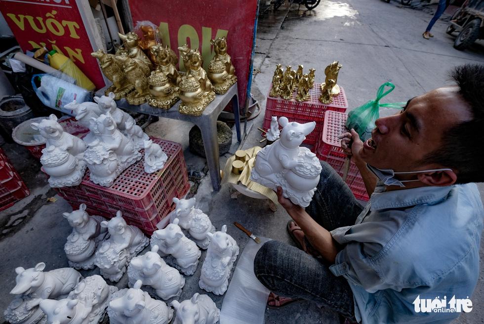 Chuột vàng làng Bát Tràng giá rẻ, đắt khách những ngày giáp tết - Ảnh 10.