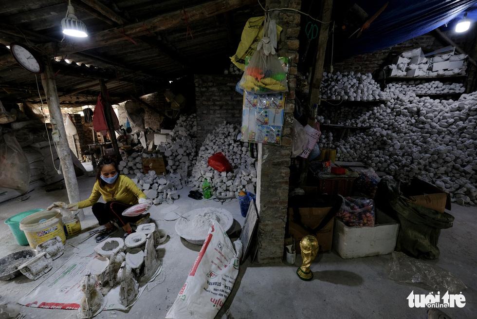 Chuột vàng làng Bát Tràng giá rẻ, đắt khách những ngày giáp tết - Ảnh 2.