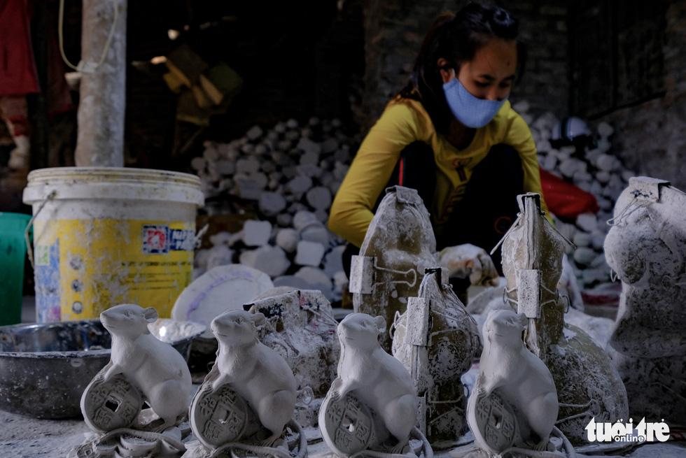 Chuột vàng làng Bát Tràng giá rẻ, đắt khách những ngày giáp tết - Ảnh 4.