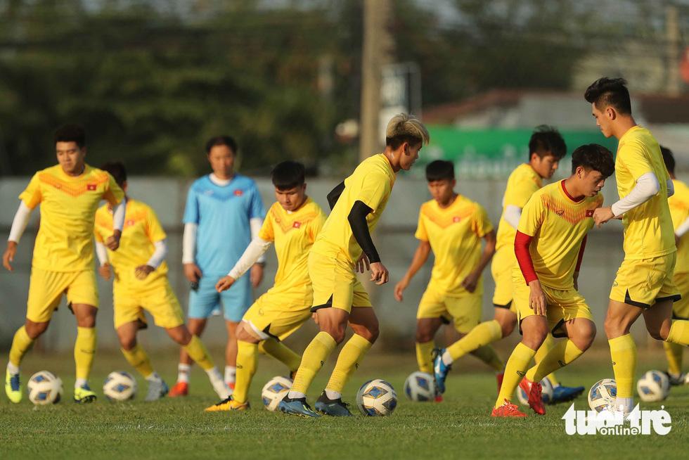 U23 Việt Nam tập rê dắt bóng trước trận gặp UAE - Ảnh 1.