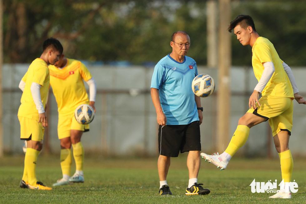 U23 Việt Nam tập rê dắt bóng trước trận gặp UAE - Ảnh 2.