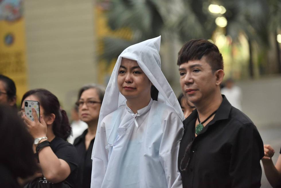 Vợ Nguyễn Chánh Tín đau buồn tiễn đưa chồng về nơi an nghỉ - Ảnh 5.