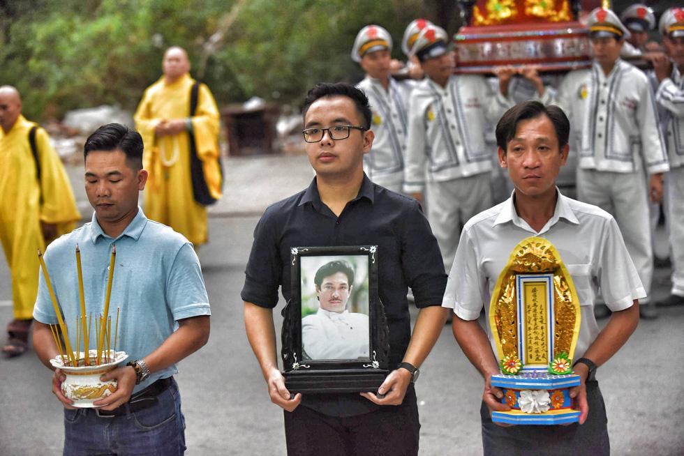 Vợ Nguyễn Chánh Tín đau buồn tiễn đưa chồng về nơi an nghỉ - Ảnh 8.