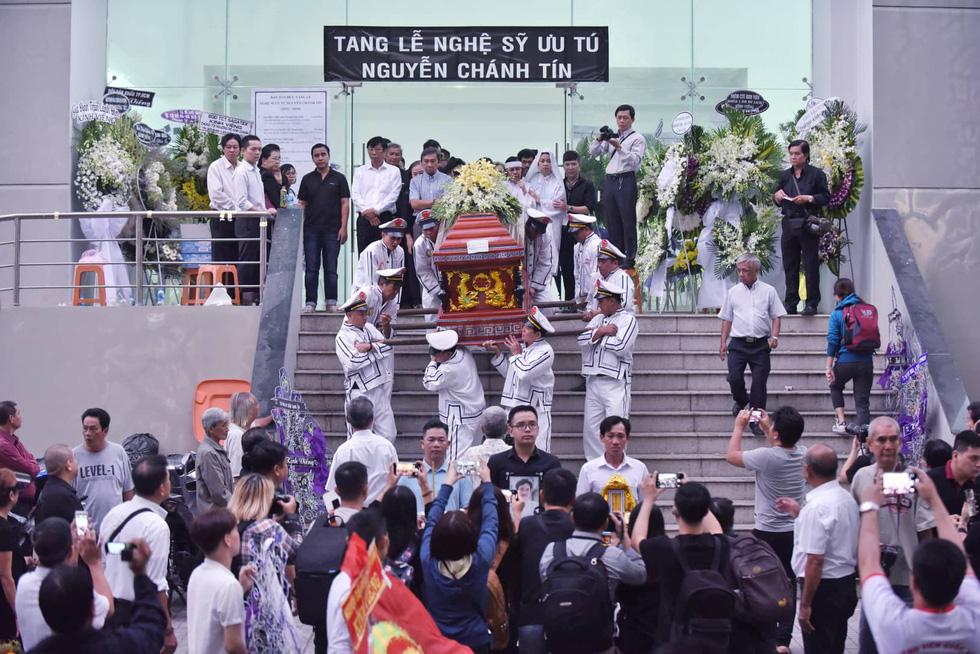 Vợ Nguyễn Chánh Tín đau buồn tiễn đưa chồng về nơi an nghỉ - Ảnh 6.