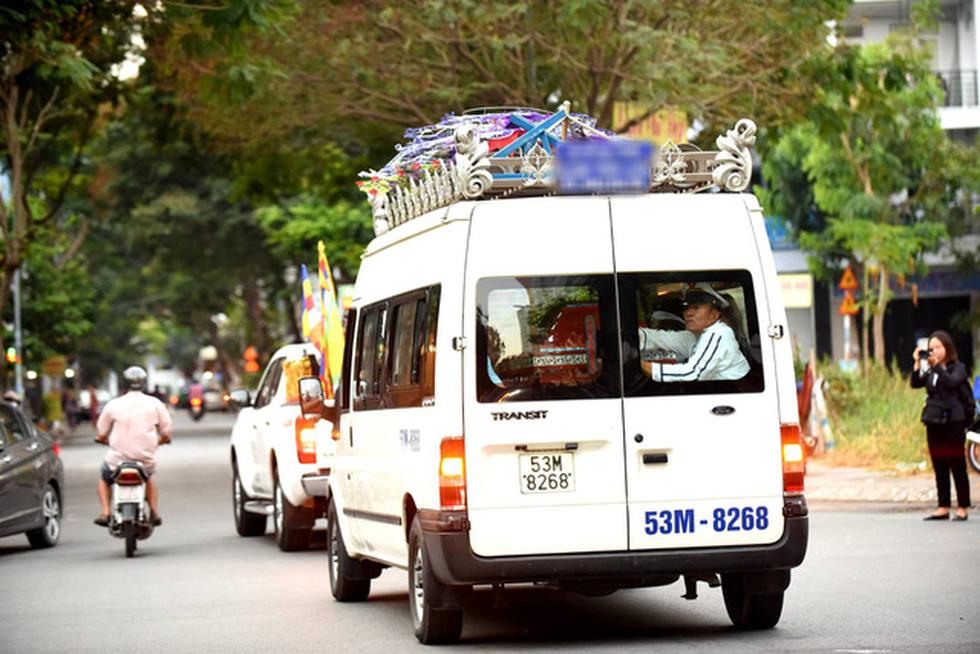 Vợ Nguyễn Chánh Tín đau buồn tiễn đưa chồng về nơi an nghỉ - Ảnh 10.