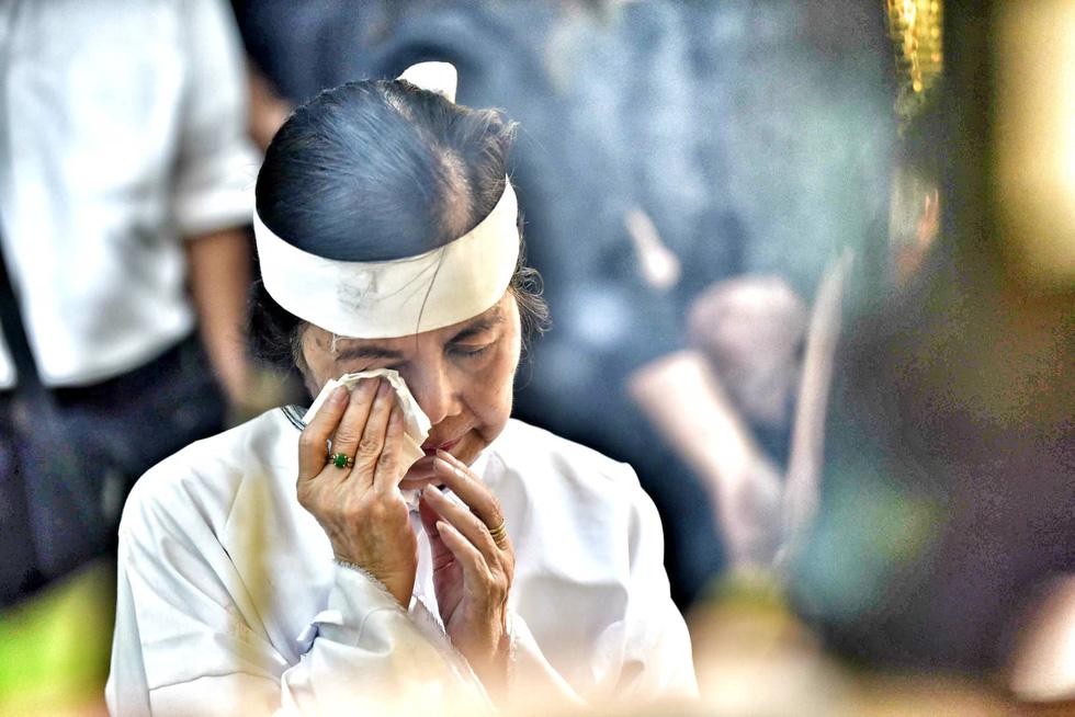 Vợ Nguyễn Chánh Tín đau buồn tiễn đưa chồng về nơi an nghỉ - Ảnh 9.