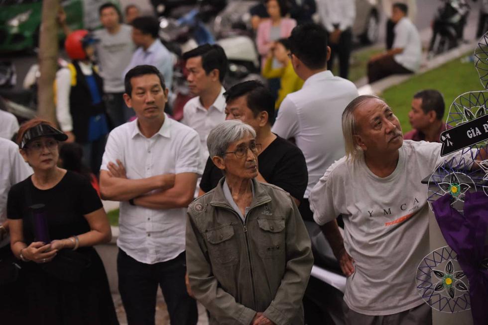 Vợ Nguyễn Chánh Tín đau buồn tiễn đưa chồng về nơi an nghỉ - Ảnh 4.