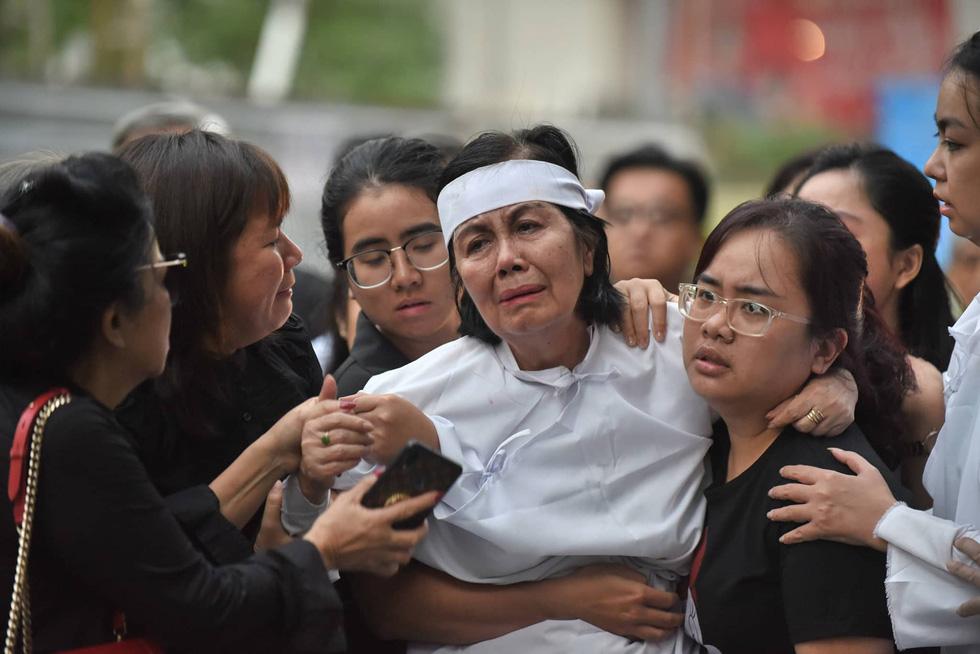 Vợ Nguyễn Chánh Tín đau buồn tiễn đưa chồng về nơi an nghỉ - Ảnh 1.