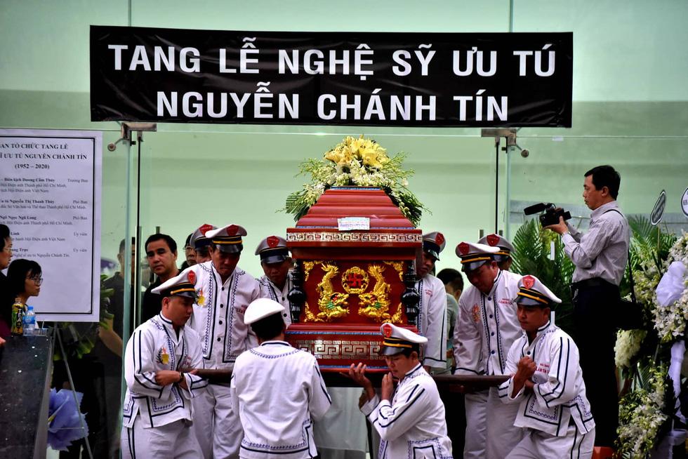 Vợ Nguyễn Chánh Tín đau buồn tiễn đưa chồng về nơi an nghỉ - Ảnh 7.