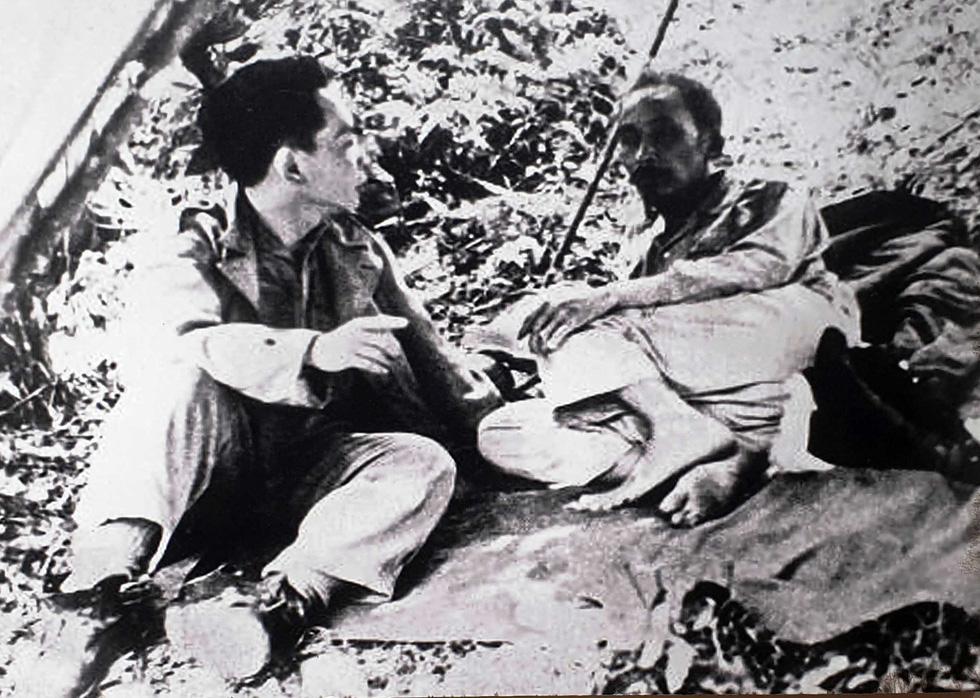 bác hồ & tướng giáp nghỉ chân trên đường ra mặt trận biên giới 1950