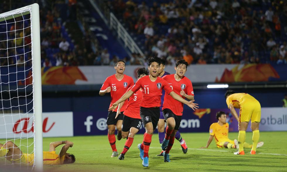Chùm ảnh cầu thủ Hàn Quốc bùng nổ, cầu thủ Trung Quốc sụp đổ sau bàn thắng muộn - Ảnh 1.