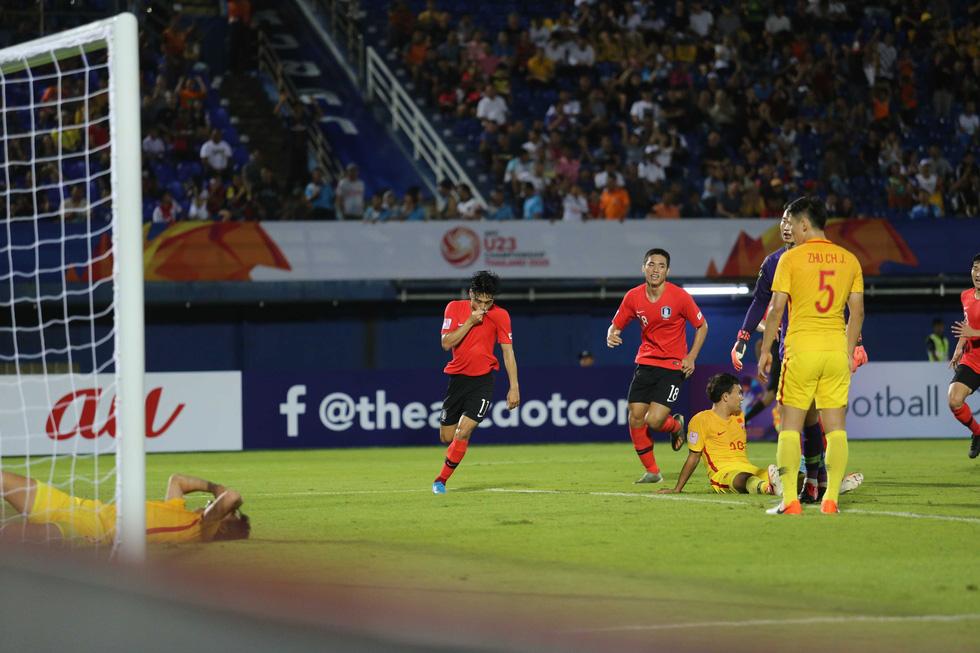 Chùm ảnh cầu thủ Hàn Quốc bùng nổ, cầu thủ Trung Quốc sụp đổ sau bàn thắng muộn - Ảnh 3.