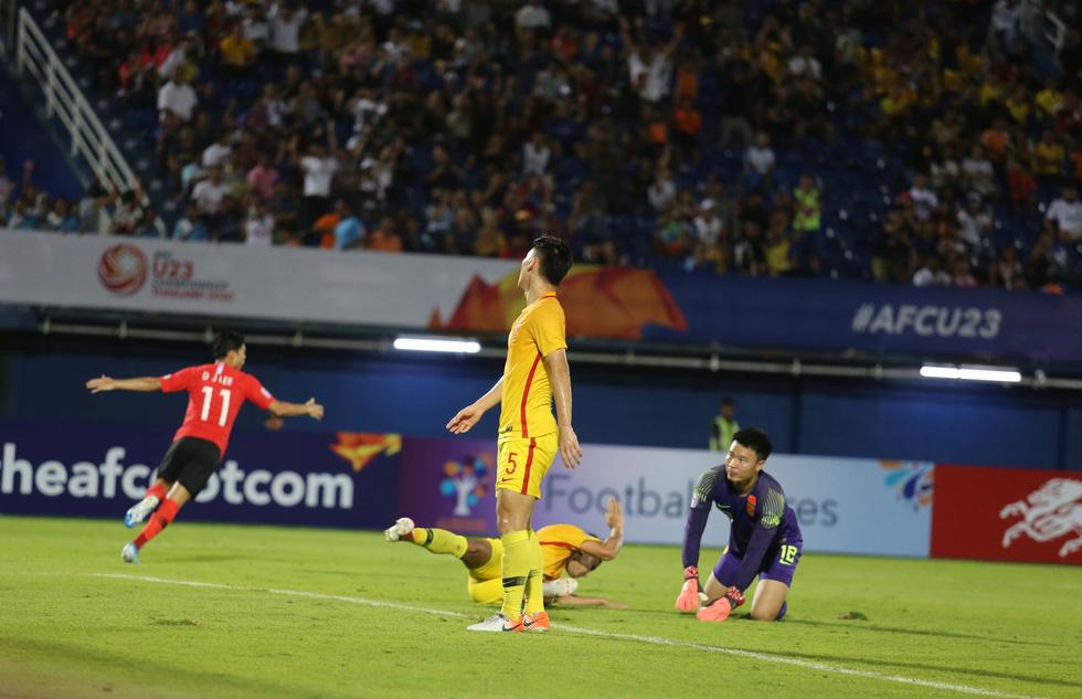 Chùm ảnh cầu thủ Hàn Quốc bùng nổ, cầu thủ Trung Quốc sụp đổ sau bàn thắng muộn - Ảnh 2.