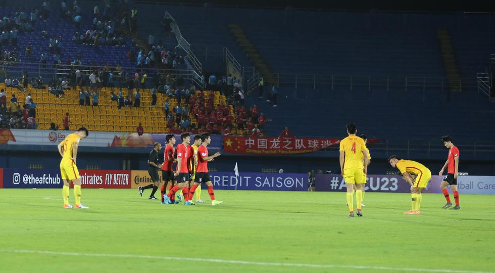 Chùm ảnh cầu thủ Hàn Quốc bùng nổ, cầu thủ Trung Quốc sụp đổ sau bàn thắng muộn - Ảnh 8.