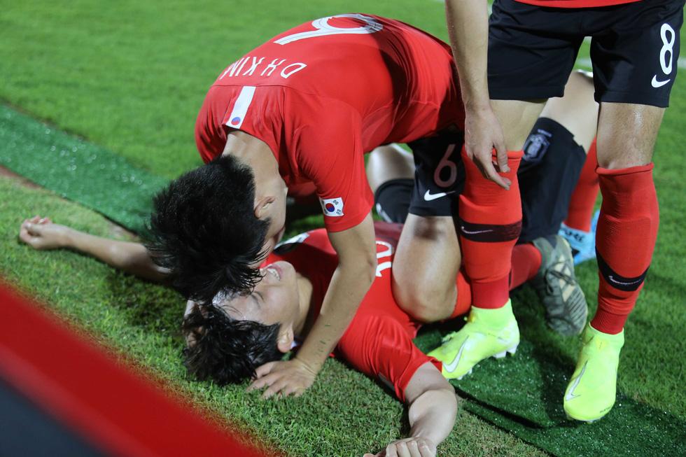 Chùm ảnh cầu thủ Hàn Quốc bùng nổ, cầu thủ Trung Quốc sụp đổ sau bàn thắng muộn - Ảnh 5.