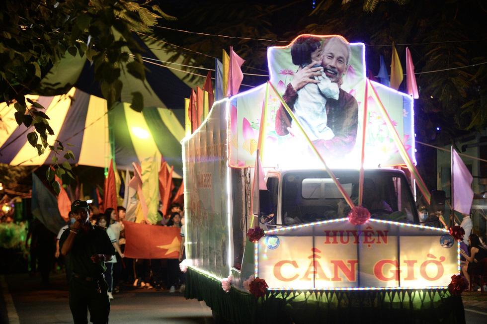 Hơn 10.000 người tham gia lễ hội trăng rằm và thả hoa đăng - Ảnh 1.