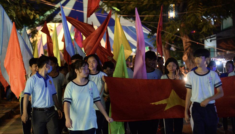 Hơn 10.000 người tham gia lễ hội trăng rằm và thả hoa đăng - Ảnh 3.