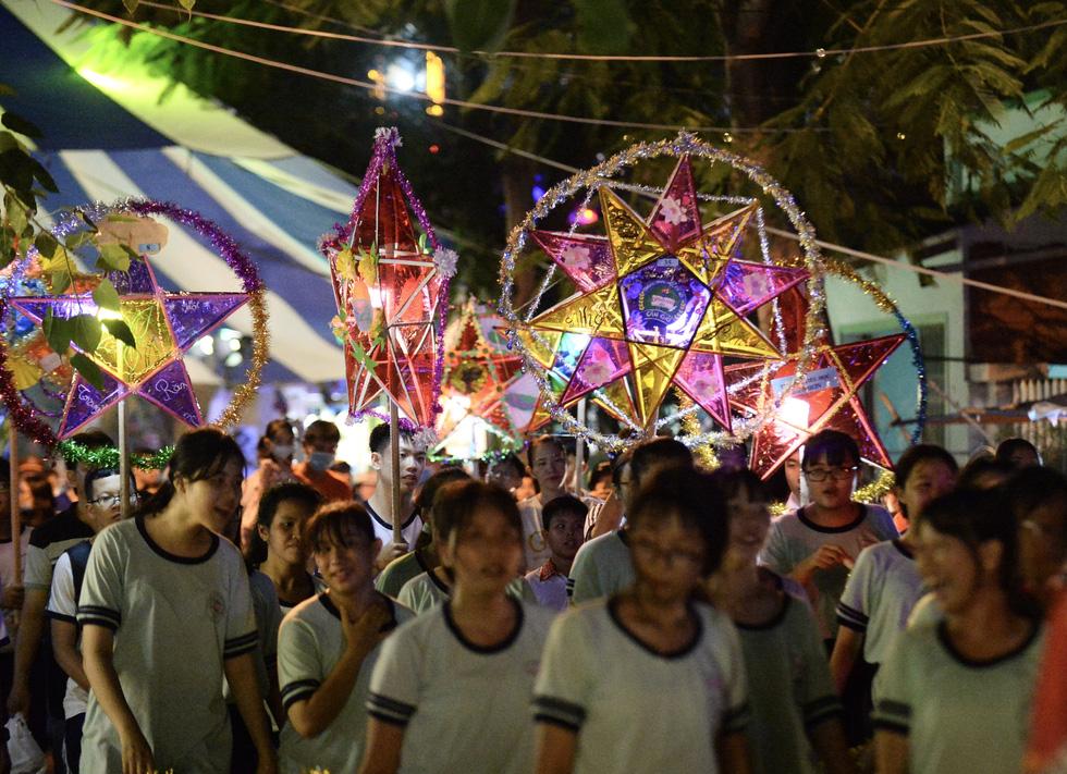 Hơn 10.000 người tham gia lễ hội trăng rằm và thả hoa đăng - Ảnh 4.