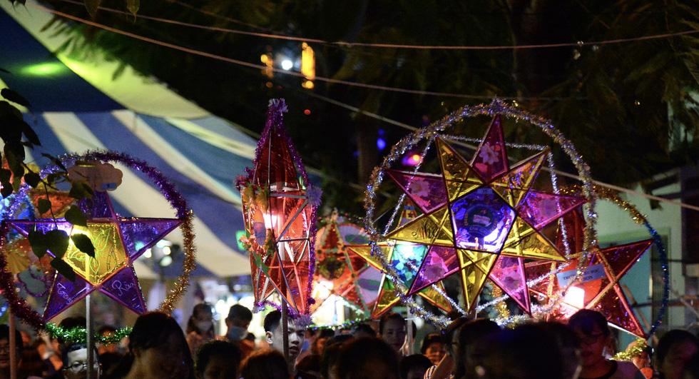 Hơn 10.000 người tham gia lễ hội trăng rằm và thả hoa đăng - Ảnh 5.