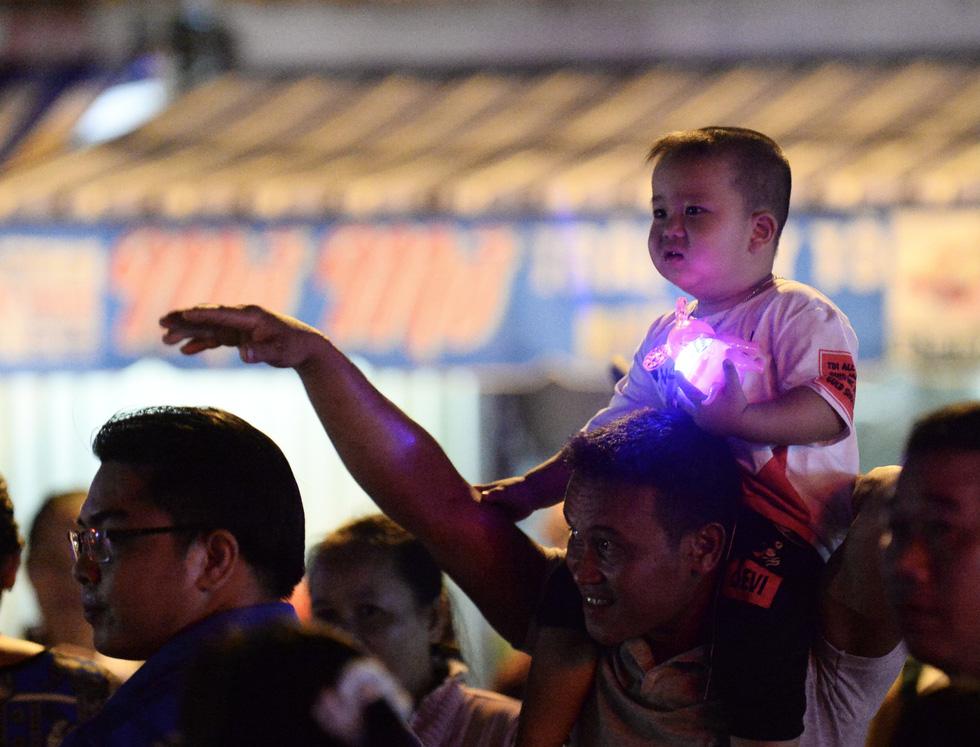 Hơn 10.000 người tham gia lễ hội trăng rằm và thả hoa đăng - Ảnh 6.