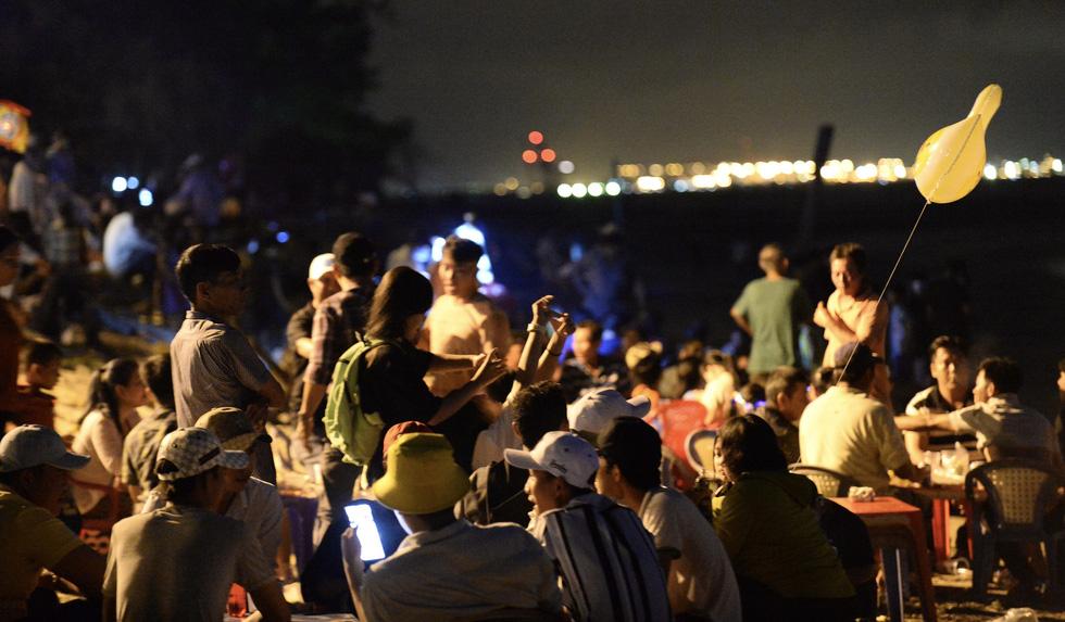 Hơn 10.000 người tham gia lễ hội trăng rằm và thả hoa đăng - Ảnh 7.