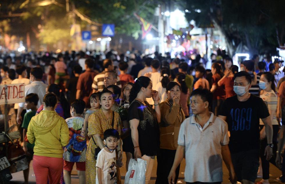 Hơn 10.000 người tham gia lễ hội trăng rằm và thả hoa đăng - Ảnh 8.