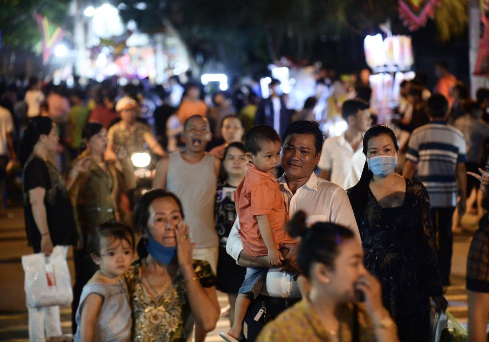 Hơn 10.000 người tham gia lễ hội trăng rằm và thả hoa đăng - Ảnh 9.