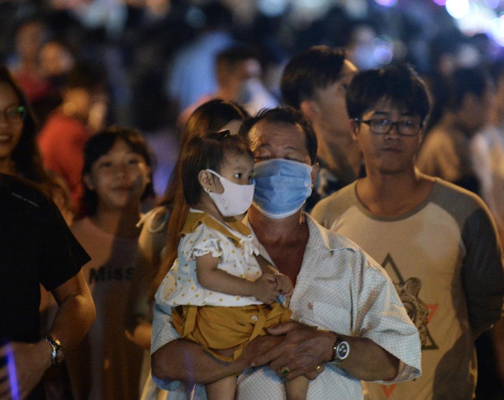 Hơn 10.000 người tham gia lễ hội trăng rằm và thả hoa đăng - Ảnh 10.