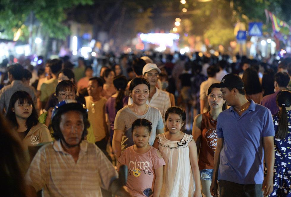 Hơn 10.000 người tham gia lễ hội trăng rằm và thả hoa đăng - Ảnh 11.