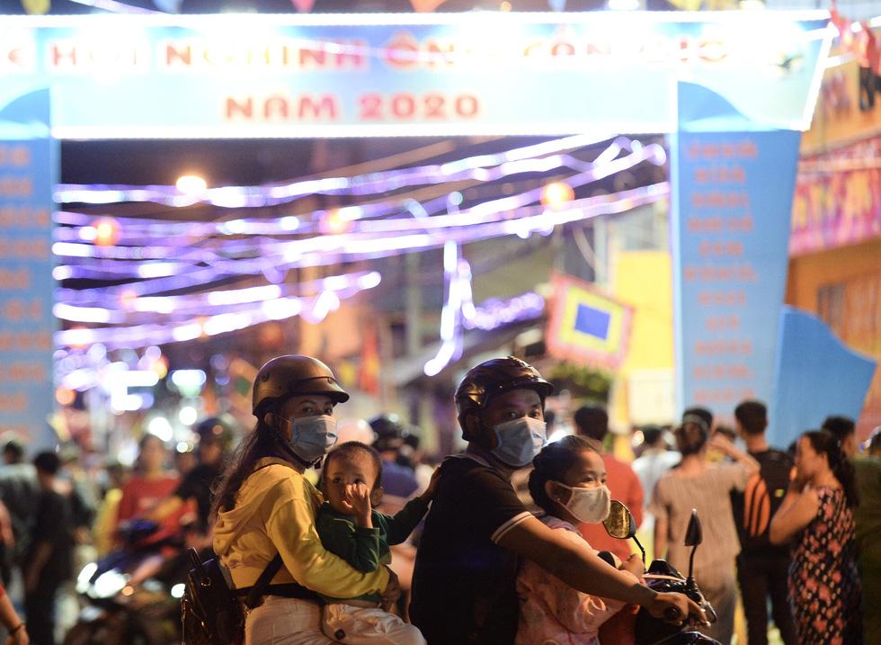 Hơn 10.000 người tham gia lễ hội trăng rằm và thả hoa đăng - Ảnh 12.