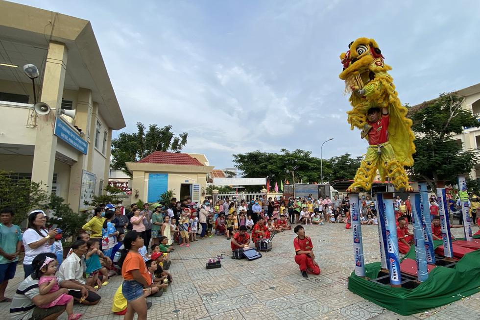 Lễ hội Nghinh Ông - Cần Giờ: Tưng bừng đường phố - Ảnh 2.