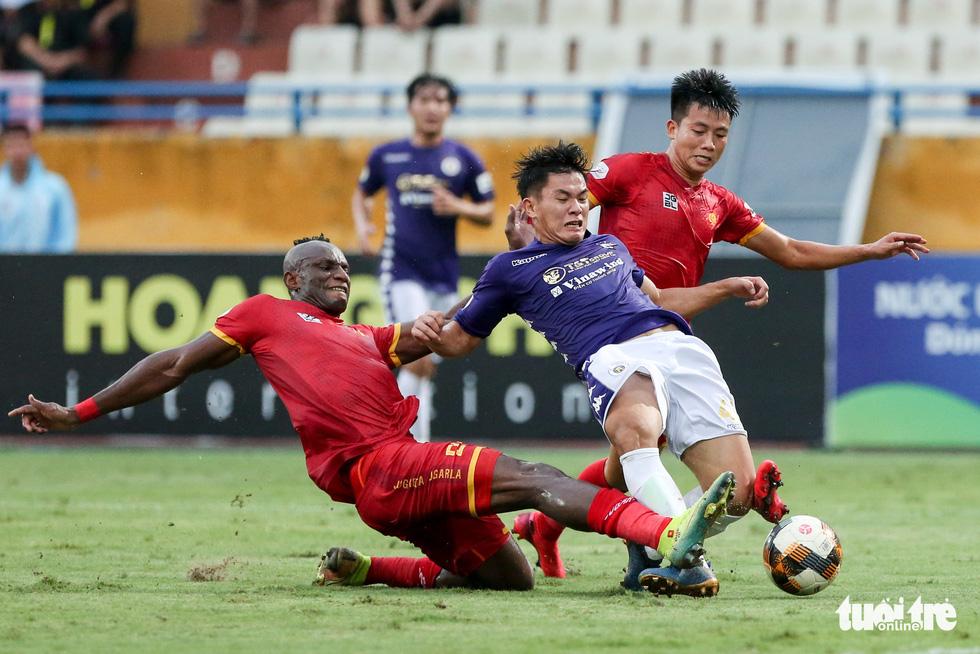 Rimario đá hỏng phạt đền, cầu thủ Thanh Hóa phấn khích trước mặt trọng tài - Ảnh 4.