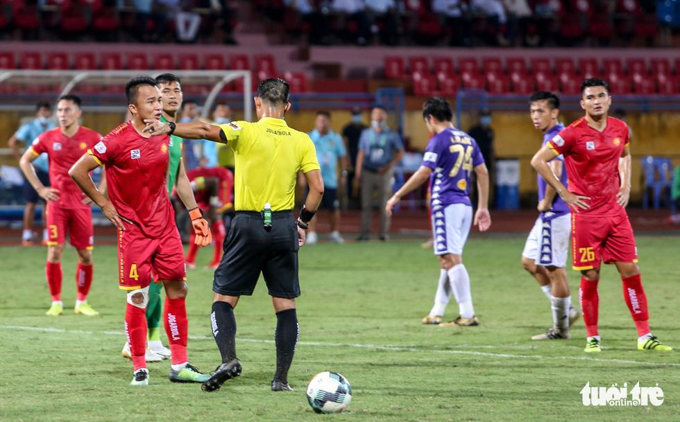 Rimario đá hỏng phạt đền, cầu thủ Thanh Hóa phấn khích trước mặt trọng tài - Ảnh 1.
