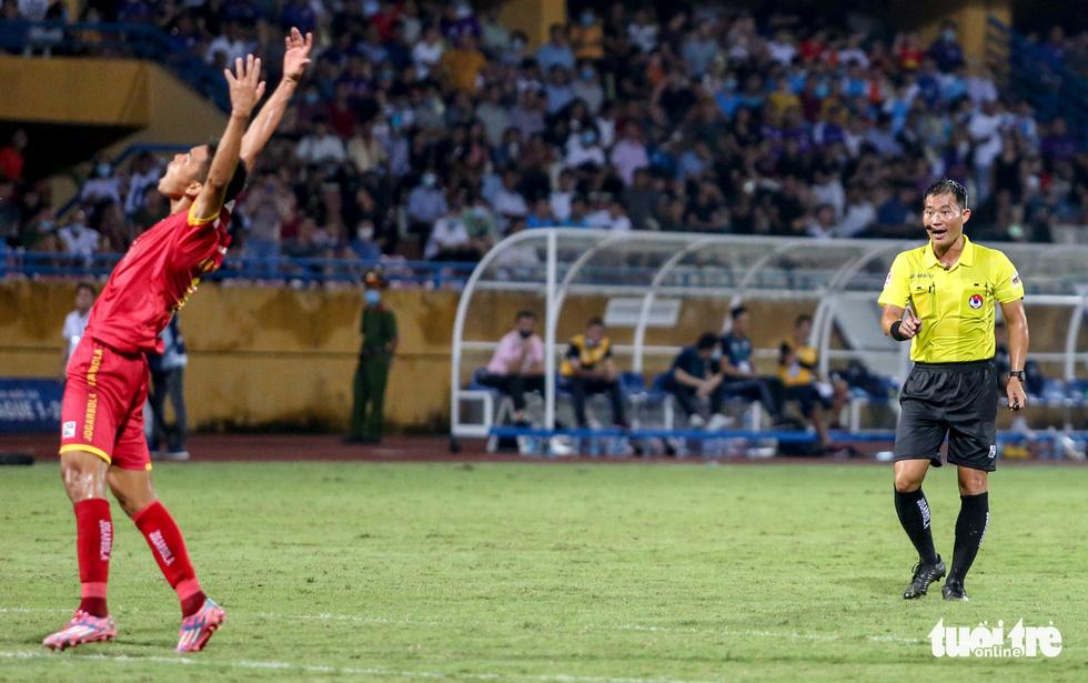 Rimario đá hỏng phạt đền, cầu thủ Thanh Hóa phấn khích trước mặt trọng tài - Ảnh 3.