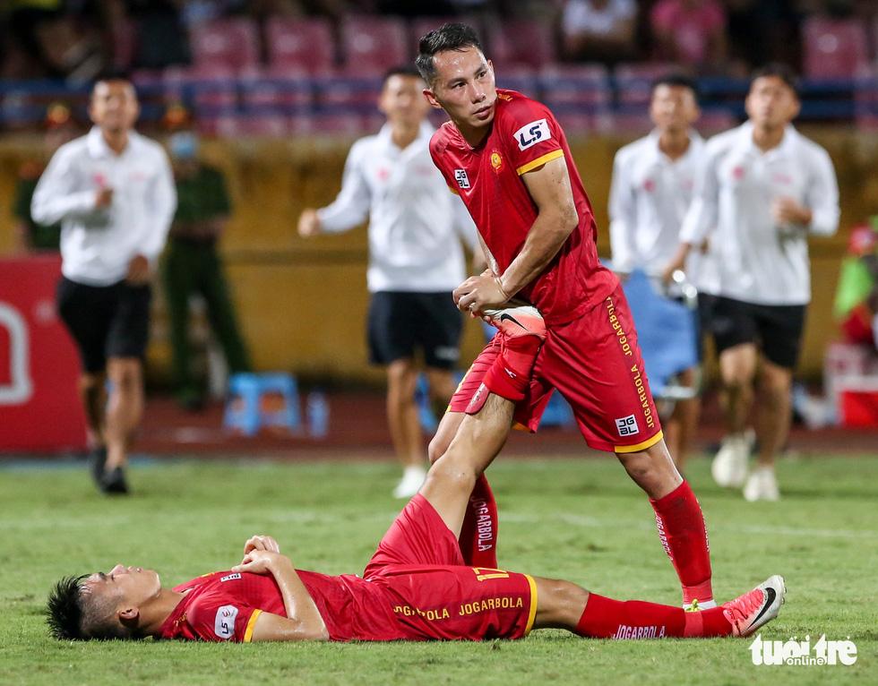 Rimario đá hỏng phạt đền, cầu thủ Thanh Hóa phấn khích trước mặt trọng tài - Ảnh 7.