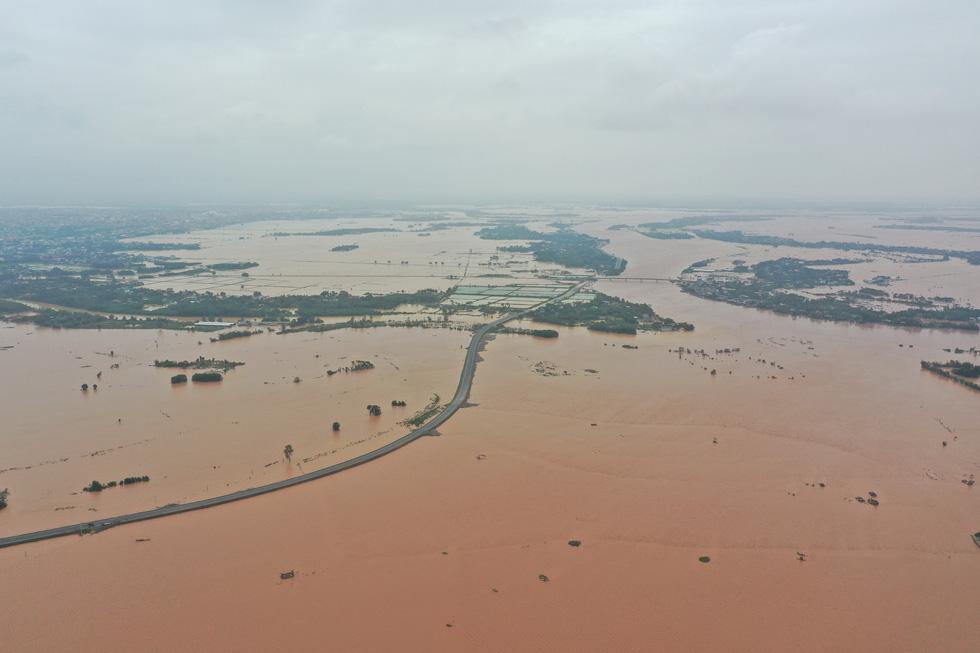 Nhiều làng ở Quảng Trị vẫn ngập trong biển nước - Ảnh 3.