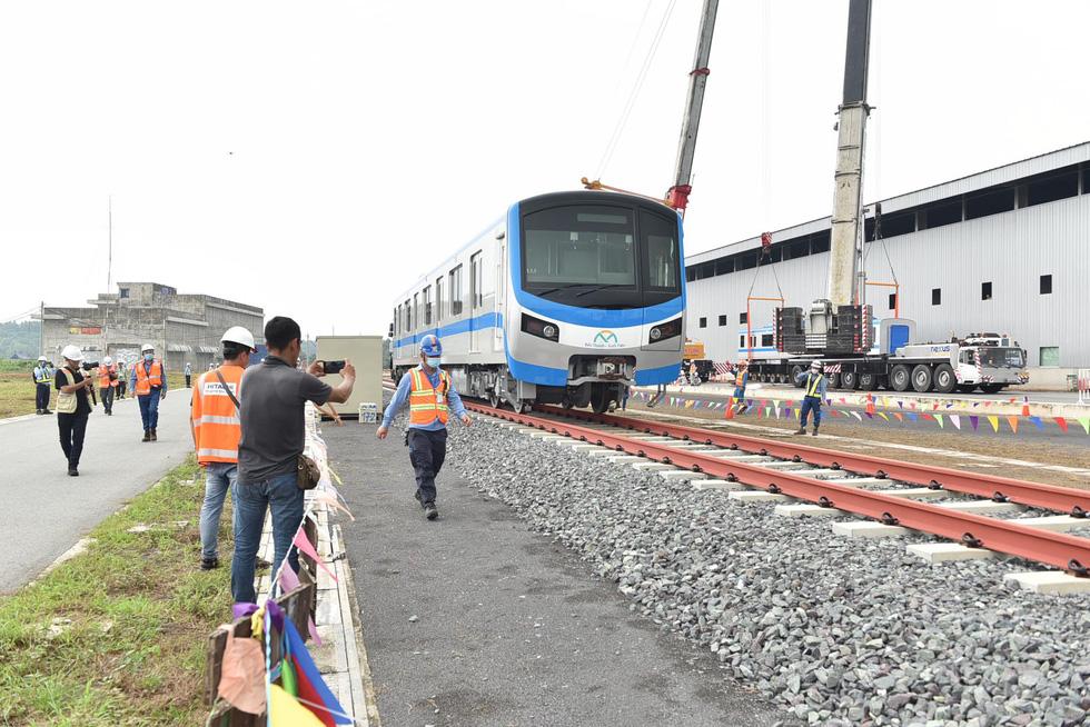 Tàu metro 1 lăn bánh ở depot, tháng 4-2021 sẽ chạy thử từ ngã tư Bình Thái về Long Bình - Ảnh 7.