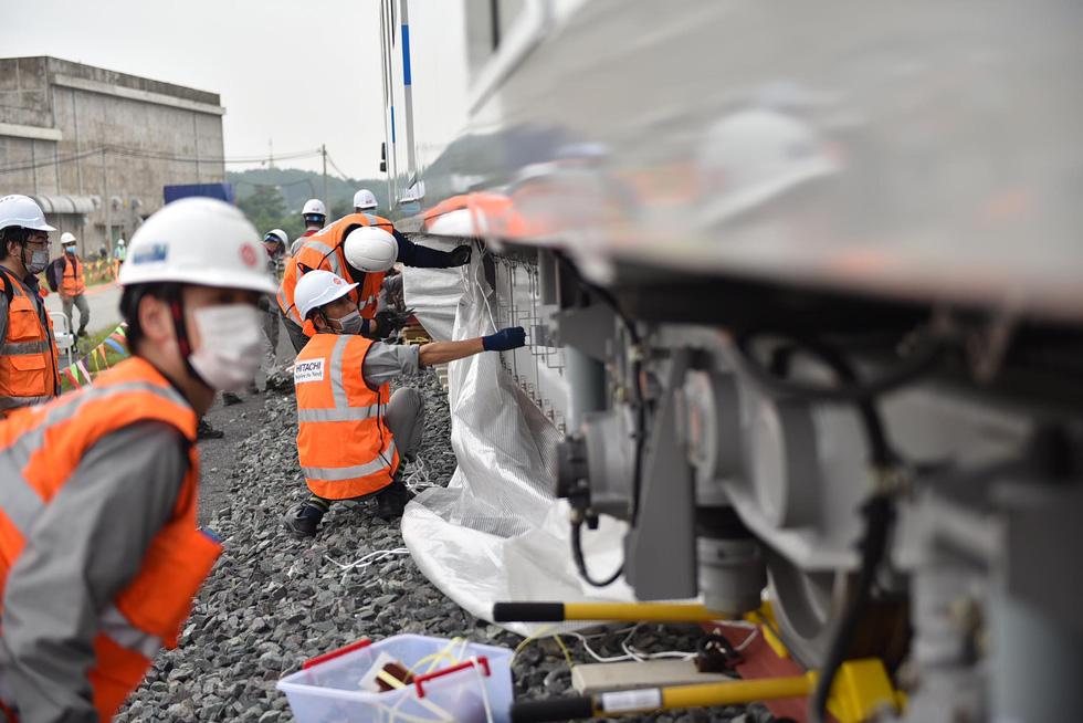 Tàu metro 1 lăn bánh ở depot, tháng 4-2021 sẽ chạy thử từ ngã tư Bình Thái về Long Bình - Ảnh 6.