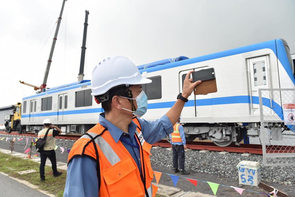 Tàu metro 1 lăn bánh ở depot, tháng 4-2021 sẽ chạy thử từ ngã tư Bình Thái về Long Bình - Ảnh 8.