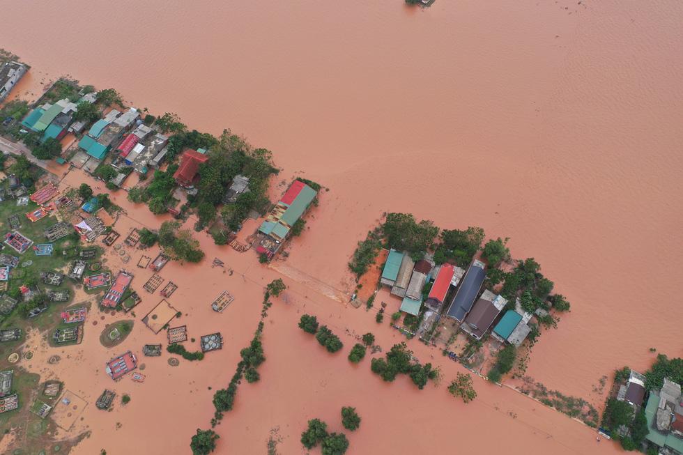 Nhiều làng ở Quảng Trị vẫn ngập trong biển nước - Ảnh 2.