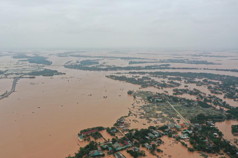 Nhiều làng ở Quảng Trị vẫn ngập trong biển nước - Ảnh 1.