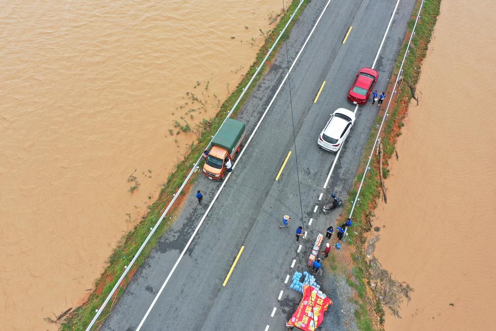 Nhiều làng ở Quảng Trị vẫn ngập trong biển nước - Ảnh 6.