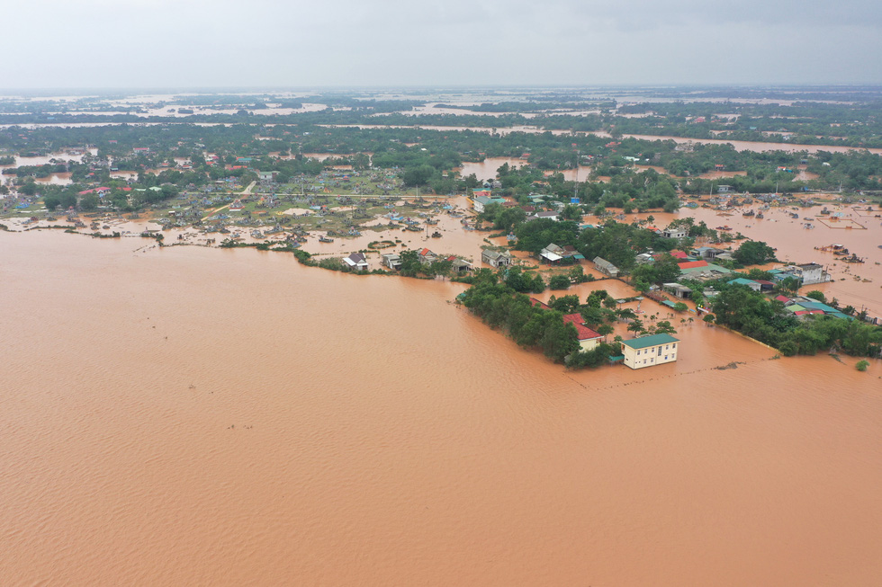Nhiều làng ở Quảng Trị vẫn ngập trong biển nước - Ảnh 8.