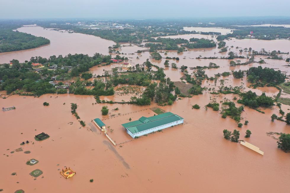 Nhiều làng ở Quảng Trị vẫn ngập trong biển nước - Ảnh 4.
