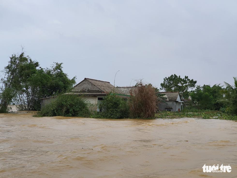 Nhà vẫn ngập gần tới mái ở rốn lũ Quảng Trị dù lũ đã rút - Ảnh 6.